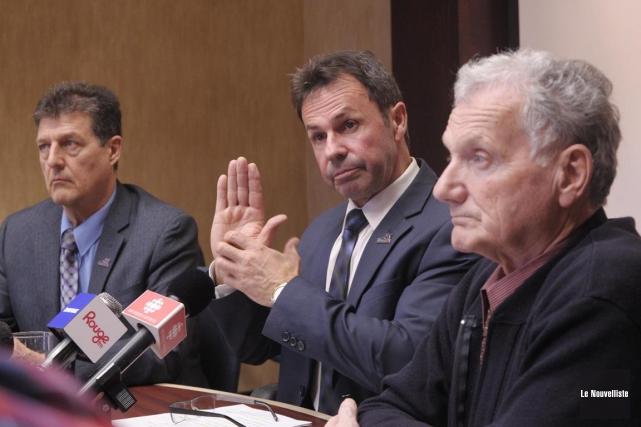 Entouré des conseillers municipaux Serge Aubry et Jean-Yves... (Sylvain Mayer, Le Nouvelliste)