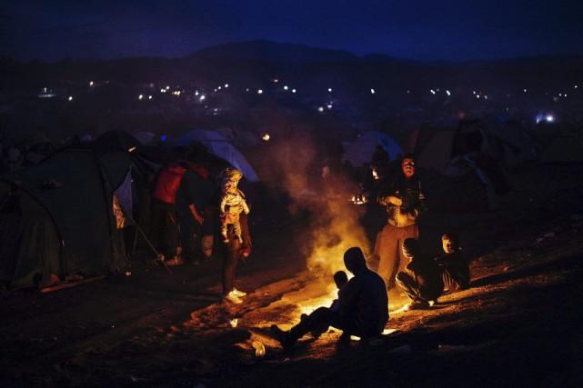 Des migrants tentent de se réchauffer dans un... (Dimitar Dilkoff, AFP)
