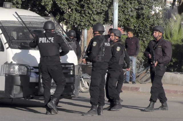 La police tunisienne prend position durant les affrontements... (Photo: Associated Press)