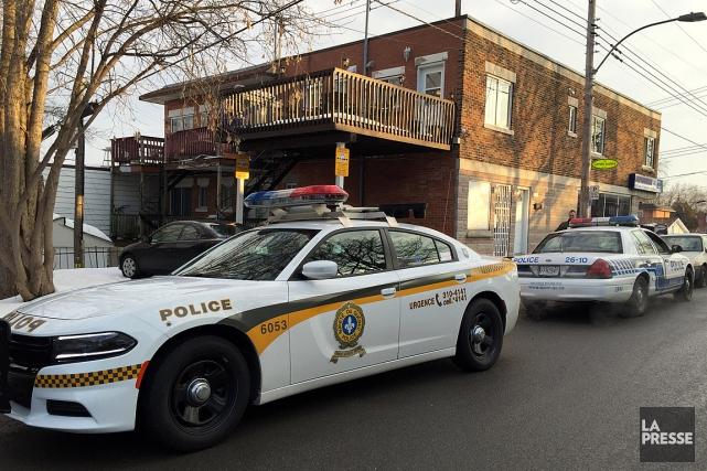 Une cinquantaine de policiers participent à cette frappe... (PHOTO PATRICK SANFACON, LA PRESSE)