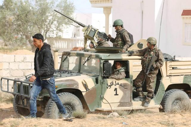 Des soldats patrouillent à Ben Guerdane, le 8... (PHOTO ZOUBEIR SOUISSI, ARCHIVES REUTERS)