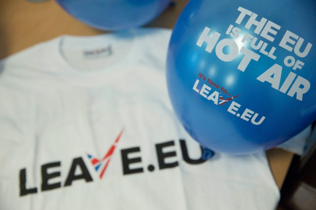 Des articles promotionnels du groupe de pression Leave.eu,... (PHOTO NEIL HALL, ARCHIVES REUTERS)