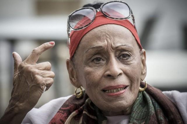 La frêle stature d'Omara Portuondo contraste singulièrement avec la voix sonore... (PHOTO AFP)