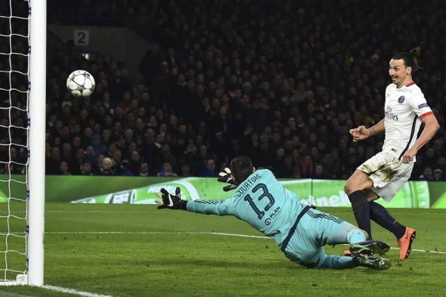 Zlatan Ibrahimovic bat le gardien Thibaut Courtois... (Photo Ben Stansall, Agence France-Presse)
