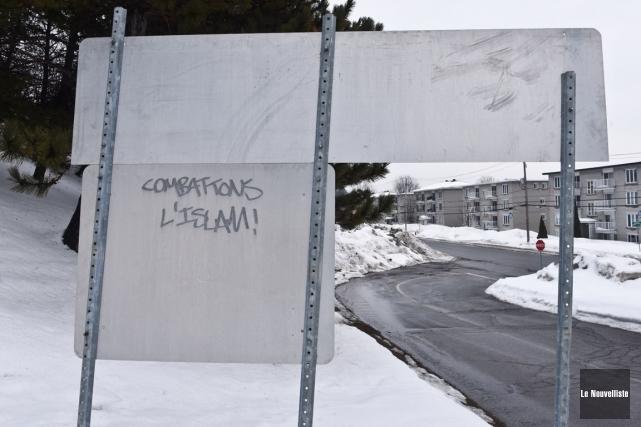 Ce graffiti «Combattons l'islam!» a été fait sur... (François Gervais, Le Nouvelliste)