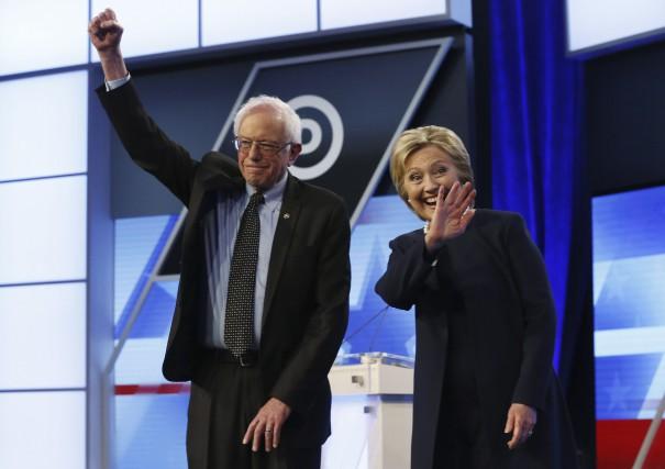 Bernie Sanders etHillary Clinton lors du débat démocrate... (AP, Wilfredo Lee)