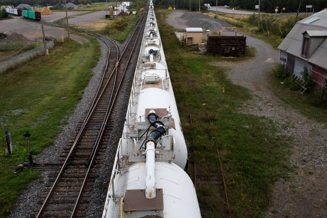 Les pipelines et les trains qui transportent le... (Photo Martin Tremblay, archives La Presse)