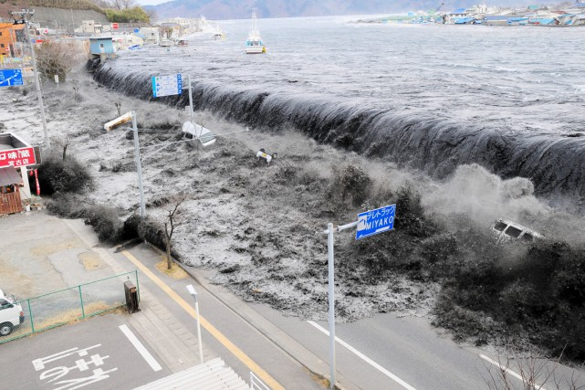 Une vague s'approche de la ville de Miyako,... (PHOTO ARCHIVES MAINICHI SHIMBUN/REUTERS)