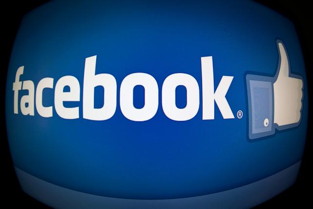 Le réseau social américain Facebook veut encourager l'usage des vidéos filmées... (Photo Karen Bleier, archives AFP)