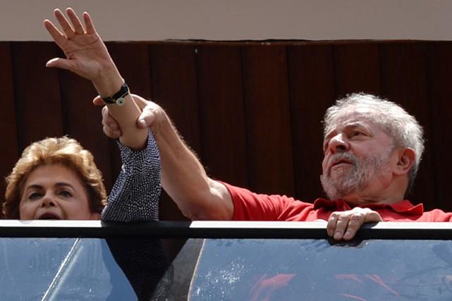 L'ex-président Lula et l'actuelle chef de l'État Dilma... (PHOTO NELSON ALMEIDA, ARCHIVES AFP)