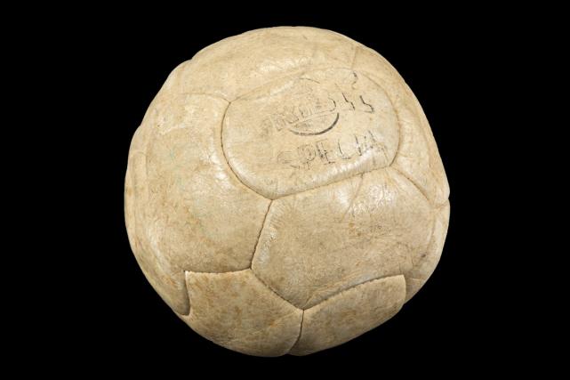Parmi les objets en vente, le ballon avec... (Photo Reuters)