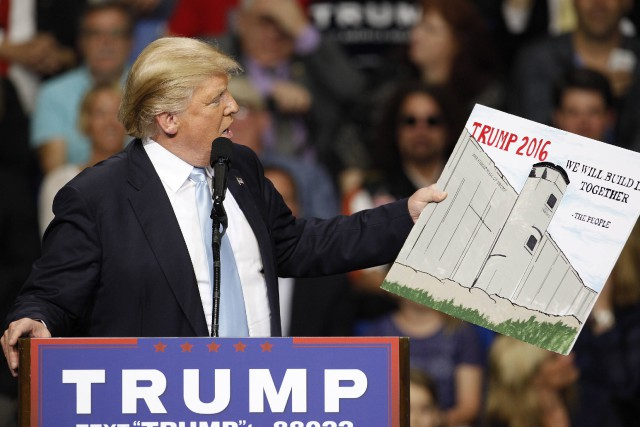 Donald Trump montre une affiche dessinée par un... (PHOTO RANDALL HILL, REUTERS)