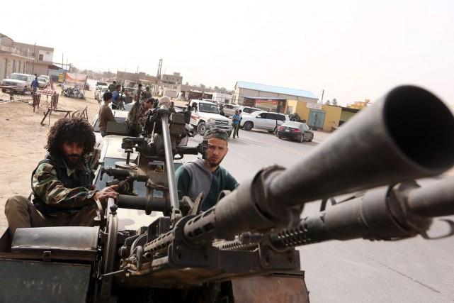 Des membres d'une brigade islamiste paradent après des... (Photo MAHMUD TURKIA, AFP)
