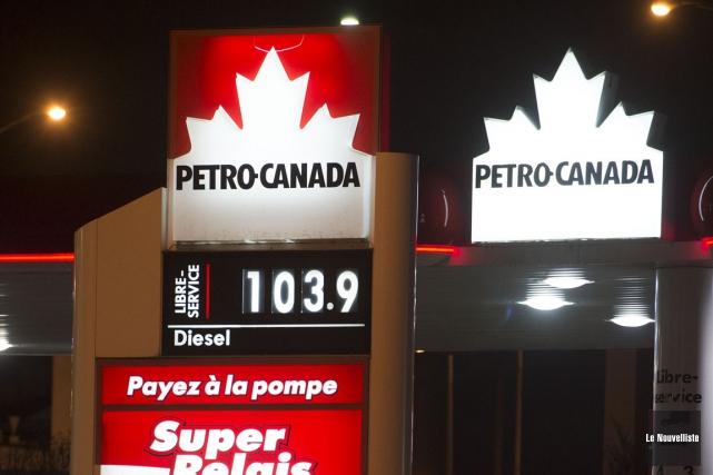 Certaines stations-service haussent le prix de l'essence à... (Stéphane Lessard, Le Nouvelliste)