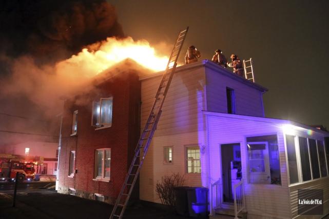 Une épaisse fumée noire et des flammes émergeaient... (Christophe Boisseau-Dion, La Voix de l'Est)