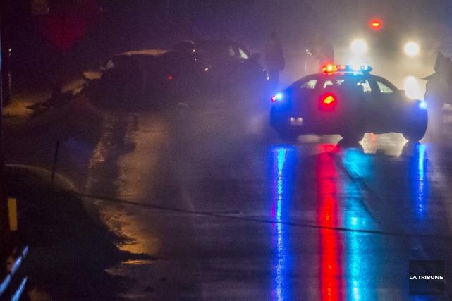 Un automobiliste a perdu la vie jeudi en soirée après une sortie de route sur... (Archives La Tribune, Frédéric Côté)