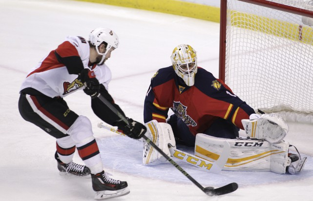 Le gardien des Panthers, Roberto Luongo, stoppant une... (Associated Press)
