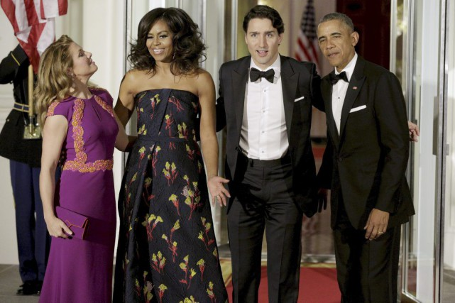 Barack et Michelle Obama ont accueilli le couple... (PHOTO JOSHUA ROBERTS, REUTERS)
