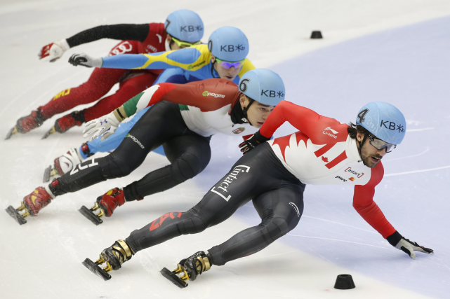 Charles Hamelin (à l'avant) a fait une chute... (Photo Kim Hong-Ji, Reuters)