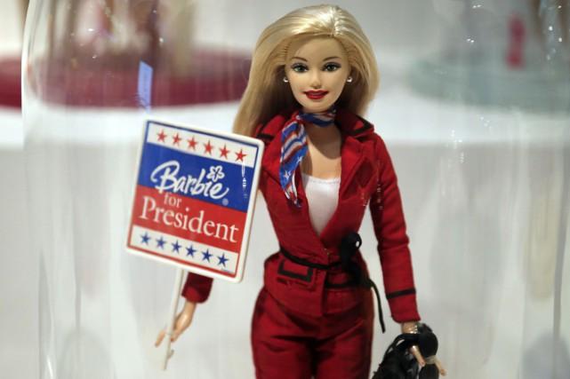 C'est la poupée la plus célèbre du monde, et sans doute aussi la plus critiquée... (PHOTO AFP)