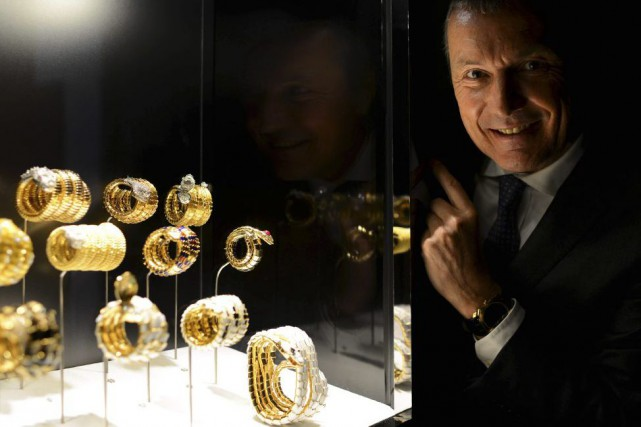Jean-Christophe Babin, PDG de Bulgari, montre des bijoux... (PHOTO AFP)