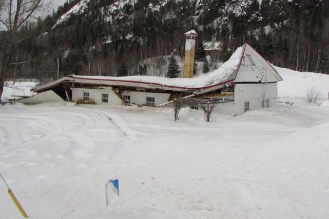 Le toit du café-bistrot Léz'Art de Petit-Saguenay s'est... ((Courtoisie))