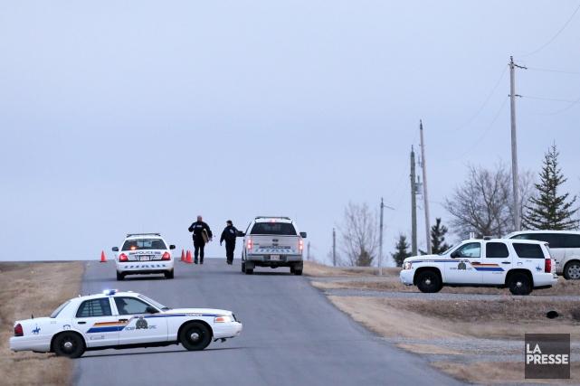 Des policiers de la GRC forment un barrage... (Mike Ridewoo, La Presse Canadienne)