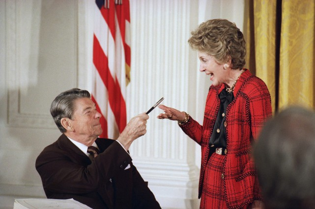 L'ancien président Ronald Reagan et Nancy Reagan en 1988.... (PHOTO RON EDMONDS, ARCHIVES AP)