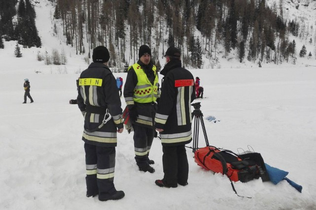 Les équipes d'urgence étaient à la recherche d'autres... (AP)