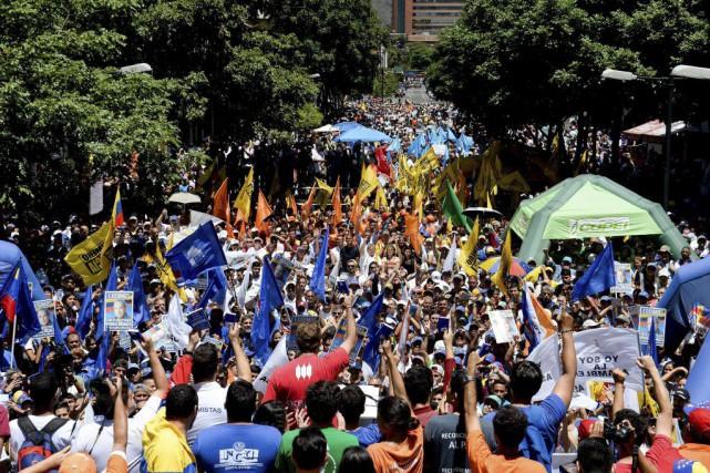 Plusieurs milliers d'opposants au chavisme et auprésident Nicolas... (PHOTO FEDERICO PARRA, AFP)