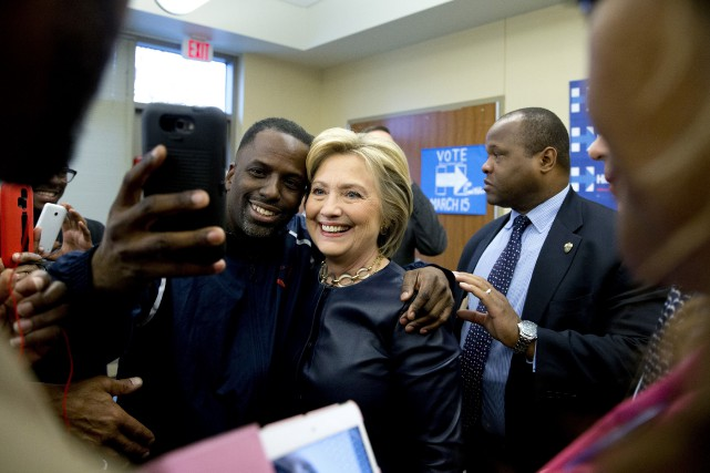La candidate démocrate Hillary Clinton pose avec des... (Associated Press)