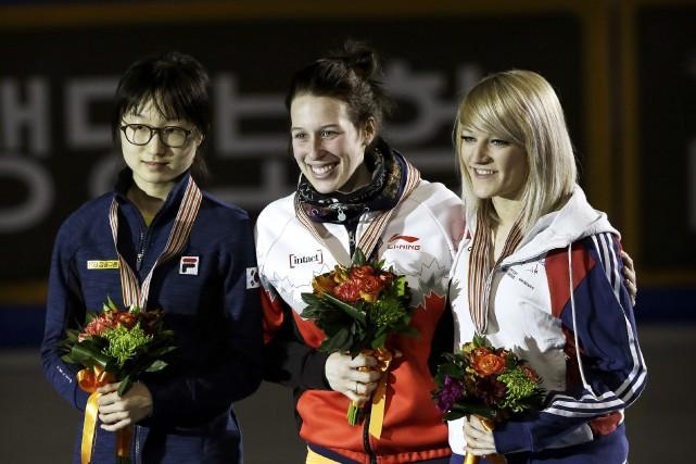 La championne Marianne St-Gelais entourée de la Sud-Coréenne... (AP, Ahn Young-joon)