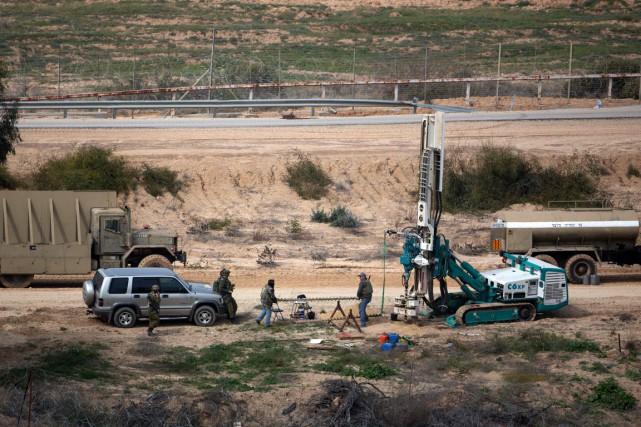 Des soldats israéliens creusent le sol à la... (Photo MENAHEM KAHANA, archives AFP)