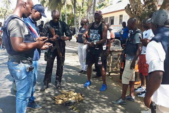 Des policiers examinent des objets qui auraient été... (PHOTO TIRÉE DU COMPTE TWITTER DE DARELLE BA)