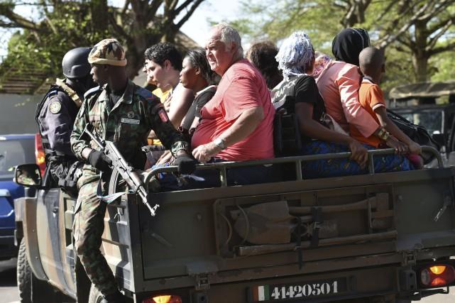 Les forces policières évacuent des gens après une... (Agence France-Presse)