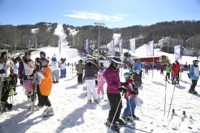 Environ 425participants au Défi ski 12 heures de... (photo Julie Catudal)