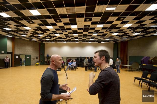 Philippe Carbonneau (à gauche) prodigue ses conseils.... (Martin Roy, LeDroit)