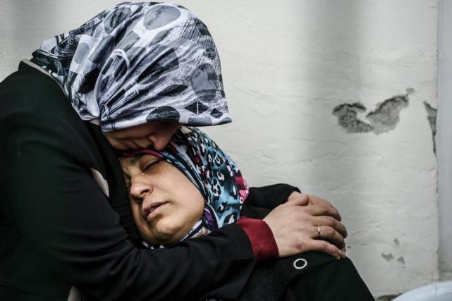 La mère d'une victime de l'attentat de dimanche... (Photo Ozan Kose, Agence France-Presse)