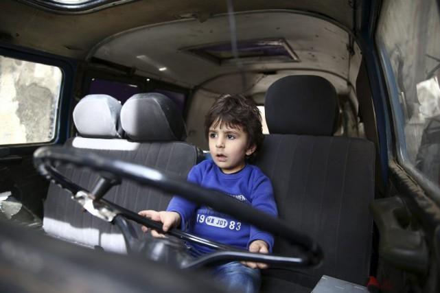 Quelque 3,7 millions d'enfants, soit un jeune Syrien... (PHOTO ABD DOUMANY, AGENCE FRANCE-PRESSE)