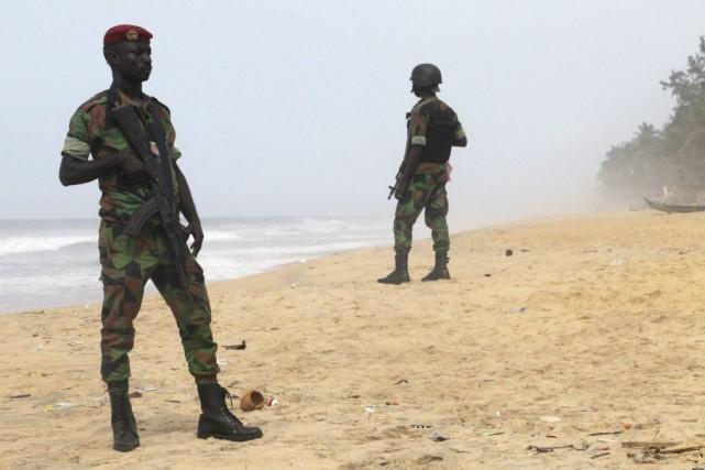 Des soldats montent la garde sur la plage... (PHOTO LUC GNAGO, REUTERS)
