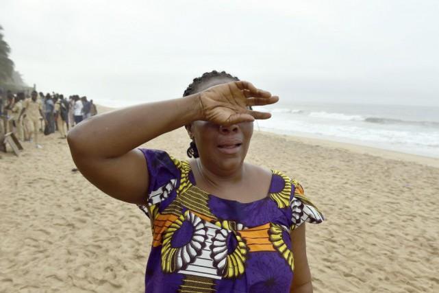 Une femme pleure alors qu'elle cherche son fils... (PHOTO ISSOUF SANOGO, AFP)