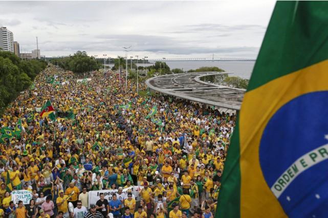 Dilma Rousseff vit depuis décembre sous la menace... (PHOTO AFP)
