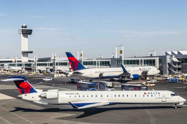 Les clients des lignes aériennes devraient profiter d'un nouveau recul des... (123RF/Joerg Hackemann)