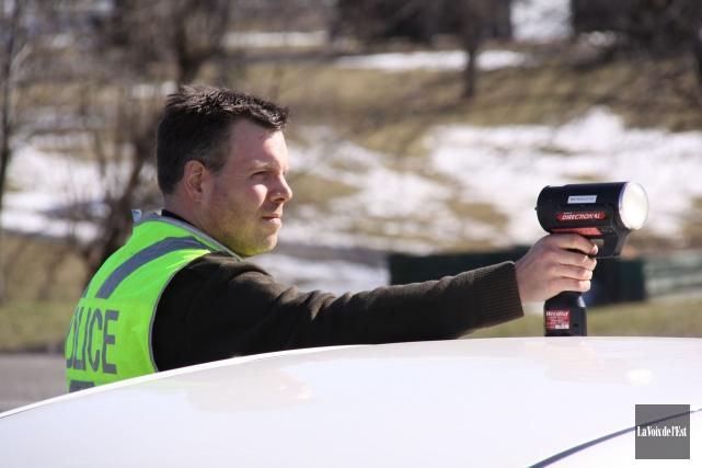 La Sûreté du Québec a sanctionné plusieurs automobilistes téméraires au cours... (archives La Voix de l'Est)