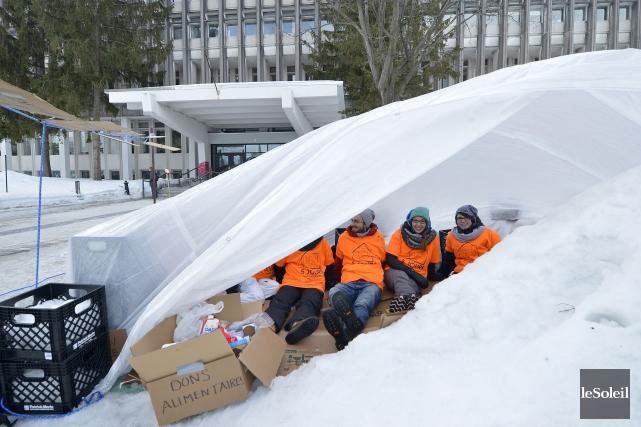 Cinq étudiants de l'Université Laval (quatre filles et... (Le Soleil, Yan Doublet)