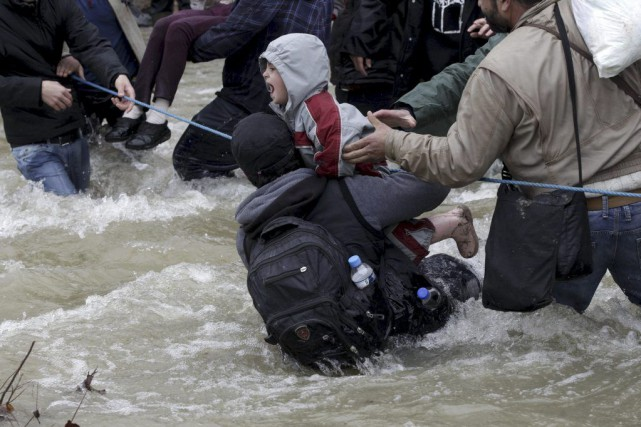 Des migrants ont tenté de traverser une rivière... (PHOTO ALEXANDROS AVRAMIDIS, REUTERS)
