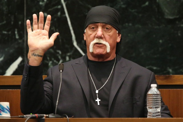 Terry Bollea, alias Hulk Hogan, prête serment avant... (PHOTO REUTERS)