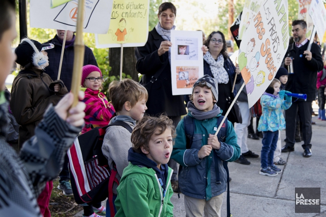 Des parents et enfants manifestent devant l'école Sans-Frontières,... (PHOTO ALAIN ROBERGE, ARCHIVES LA PRESSE)