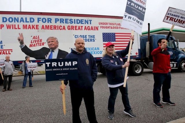Des partisans de Donald Trump manifestent à Middleburg... (PHOTO REUTERS)