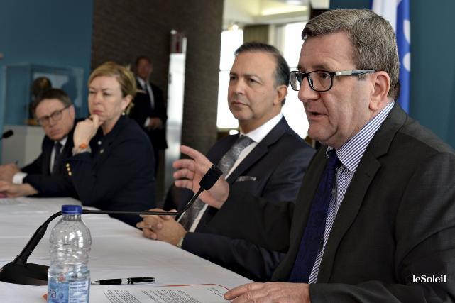 Gilles Lehouillier, de Lévis, les ministres Dominique Vien... (Le Soleil, Patrice Laroche)